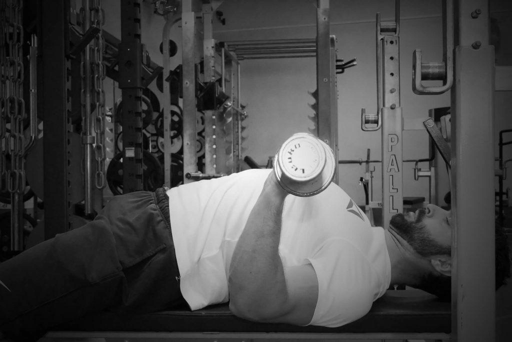 Développé couché : coudes sous la barre = poussée plus facile au niveau des triceps
