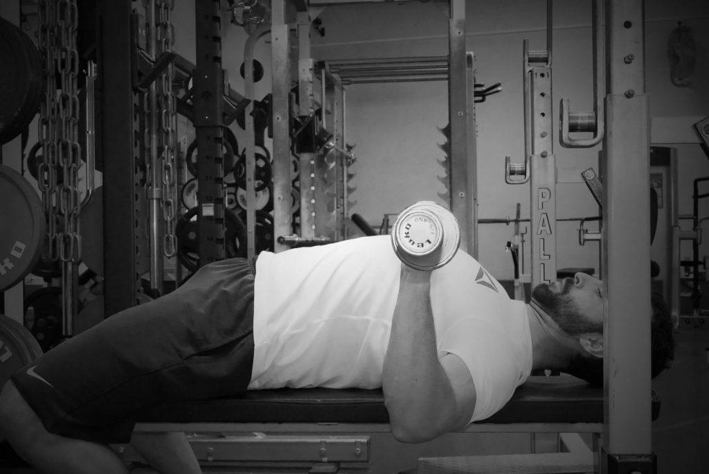 Développé couché : coudes trop rentrés et au devant de la barre = augmentation de la force nécessaire pour réaliser l'extension, poussée plus difficile au niveau des triceps
