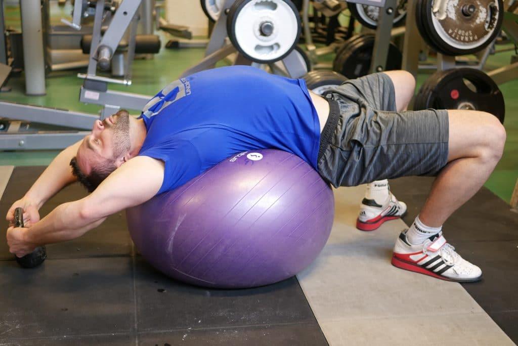 Développé couché - Mobilité du rachis : étirement avec swiss ball et haltère